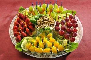 Канапе Интересные идеи канапе. Это могут быть и фрукты, и овощи, которые идеально гармонируют с разными видами сыров. По центру очень кстати орешки 🥜  Главное – очень ярко, а значит празднично. И очен