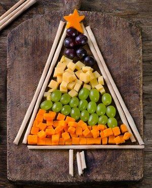 Рецепт Нарезка на Новый год 2021: елка из винограда 🍇 , сыра 🧀 и манго 🥭🎄