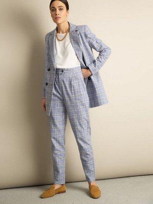 Брюки Состав ткани: 47% Хлопок; 37% Вискоза; 16% Лен Описание модели Офисная классика тоже может быть стильной и яркой, как эти зауженные брюки с защипами. Модель сине-голубых оттенков в крупную клетк