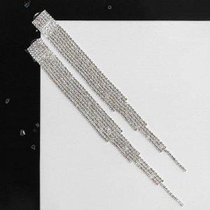 """Серьги со стразами """"Водопад"""" разные уровни, цвет белый в серебре"""