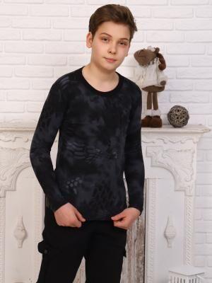 Лонгслив Состав: Хлопок 100%; Материал: Кулирка Темно-серый лонгслив с необычным принтом на ткани выполнен из хлопкового трикотажа, имеет прилегающий крой, круглый вырез, длинные рукава. Для тех, кто