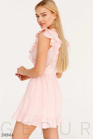 Нежно-розовое приталенное платье