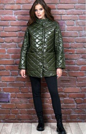 куртка Куртка прямого силуэта, утепленная синтепоном (демисезонная), стеганая, на подкладке с центральной застежкой на потайные пришивные кнопки. Перед с накладными карманами. Воротник-стойка, застеги