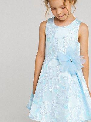 Платье Состав: Верх- 100% полиэстер, Подкладка- 60% полиэстер, 40% хлопок;  Цвет: голубой Нарядное голубое платье с цветочным принтом без рукавов. На линии талии пришитый крупный цветок в тон из фати