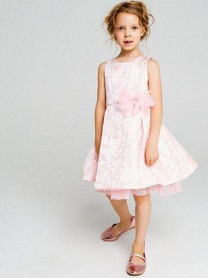 Платье Состав: Верх- 100% полиэстер, Подкладка- 60% полиэстер, 40% хлопок;  Цвет: светло-розовый Нарядное нежно-розовое платье с цветочным принтом без рукавов. На линии талии пришитый крупный цветок
