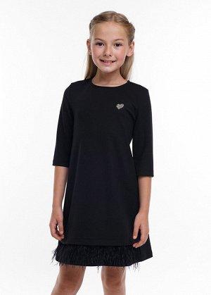 Платье Состав: 70% Вискоза 22% ПЭ 8% Эластан Цвет: чёрный  Платье прямого силуэта, небольшого объема. Выполнено из джерси. Украшено съемной трендовой отделкой перья по низу и зеркальным значком.