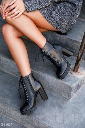 Ботинки Стильные черные ботинки из эко-кожи на высокой блочном каблуке с шнуровкой спереди, молнией сбоку и рифленой подошвой.
