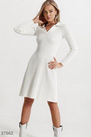 Светлое платье из трикотажа в рубчик
