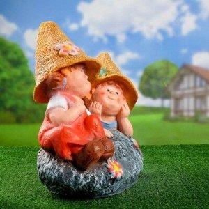 """Садовая фигура """"Девочка с мальчиком на камне"""" 46*43"""
