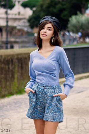 Уютный пуловер небесно-голубого цвета