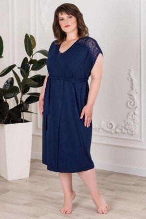 Халат 90% вискоза, 10% лайкра Тип ткани:  Вискоза Изысканный халат лаконичного кроя в темном оттенке синего цвета. Аккуратный цельнокроеный рукав украшен кружевными вставками, делая образ элегантным и