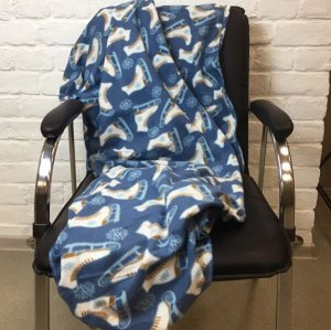 Плед флис Плед флис с рисунком коньки на синем заснеженном фоне, 130*170 см, смотан в рулон, перетянут этикеткой.