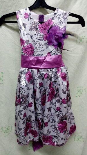 Роза ФУКСИ Яркое нарядное коктейльное платье Роза выполнено из цветного Атласа, сзади на замочке, завязывается поясом из однотонного атласа, украшенным большим Цветком.  Подьюбник на резинке, подклад,