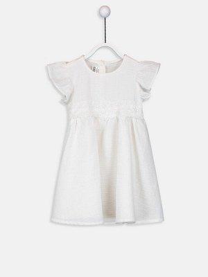 Платье Тип товара: Платье Ткань: Поплин Воротник: Вырез под горло Дополнительный аксессуар: Без аксессуаров Материал: 100% хлопок Варианты размеров в этой модели: 1-3 месяца, 6-9 месяцев Варианты расц