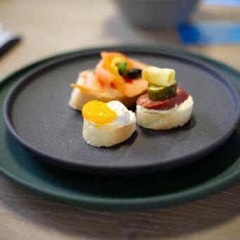 Сковороды чугунные, жаровни, сковороды для подачи — Фарфоровые тарелки — Тарелки