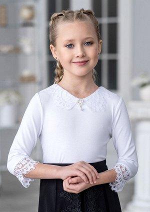 Адис Модель блузки для младшей возрастной группы. Блузка из трикотажного полотна с отделкой из кружевного полотна. Вырез горловины переда V-образной формы. Горловина оформлена ажурным кружевным воротн