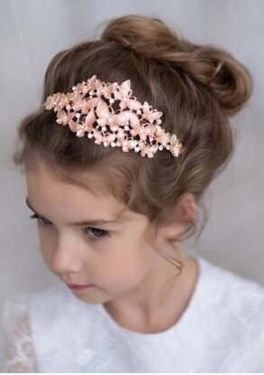 Ободок Восхитительный ободок для девочек, декорирован бусинками и стразами, а также аппликацией в виде бабочек из тонкого металла.