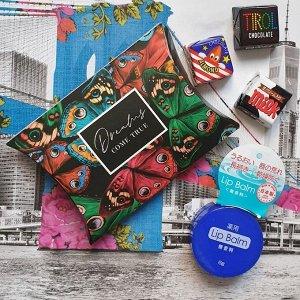 Подарок. Размер коробочки 11 × 8 × 2 см, бальзам для губ, открытка,сладкий презент(мармелад, шоколад,жевательная резинка или конфеты на выбор поставщика)