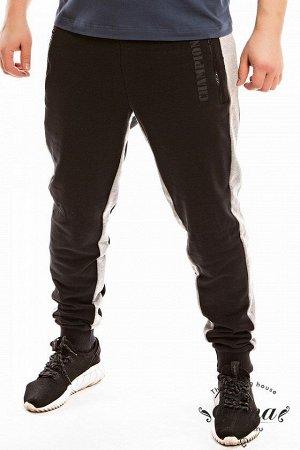 Брюки Брюки из футера трехнитки (воздушка) с контрастными вставками по бокам и шаговому шву. Пояс брюк притачной, на резинке, через люверсы проложен широкий шнур. Спереди размещены карманы на молниях,