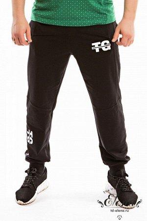 Брюки Мужские брюки выполнены из футер петли с лайкрой. Пояс брюк на резинке, по бокам размещены карманы. Низ брюк на манжетах, спереди нанесён принт. Размерный ряд: 44-62. Состав Хлопок 95% Лайкра 5%