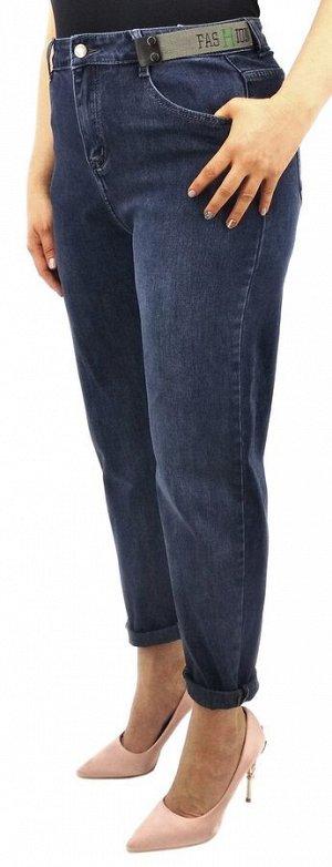 Джинсы Джинсы MOM / джинсы бананы Тип посадки: высокая; заужены к низу. Детали: застежка на молнию и пуговицу, три кармана спереди и два сзади, шлевки для ремня; декоративный ремешок;  Длина изделия (