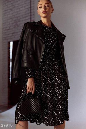 Черное платье из легкого материала