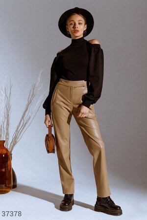 Бежевые брюки из эко-кожи