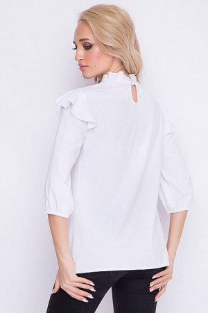 Блузка Блузка из текстильного полотна свободного силуэта.По горловине ворот стойка с рюшей и застежкой на пуговицу сзади.По центру лифа вставка из шитья. Рукав втачной дополнен рюшей. 95% хлопок,5% ла