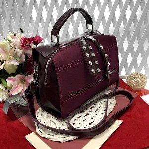 Стильная сумка-саквояж Seo_Mantana с ремнем через плечо из качественной эко-кожи и искусственной замши цвета спелой вишни.