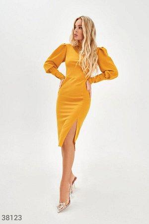 Желтое облегающее платье с разрезом