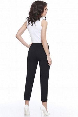 Брюки Тильные зауженные брюки для элегантного делового образа. Выверенные вытачки помогают идеальной посадке по фигуре, «стрелки» отвечают деловому стилю, а отвороты внизу приоткрывают щиколотки и при