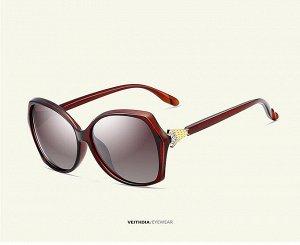 """Женские солнцезащитные очки стрекоза в защитном чехле с надписью """"Veithdia"""", коричневые линзы, коричнево-красная  оправа, коричнево-красные дужки с декоративным золотым элементом на шарнире"""