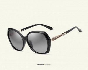 Женские солнцезащитные очки стрекоза в защитном чехле, темно-серые линзы, черная оправа, дужки с интересным узором, черные заушники