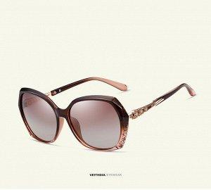 Женские солнцезащитные очки стрекоза в защитном чехле, коричневые линзы, коричневая оправа, дужки с интересным узором, коричневые заушники