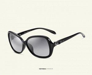 Женские солнцезащитные очки  в защитном чехле, темно-серые линзы, черная оправа, черные дужки с интересным декоративным элементом