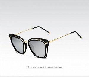 """Женские солнцезащитные очки в защитном чехле с надписью """"Veithdia"""", серые линзы, черная  оправа с золотистым декором, золотые дужки, черные заушники"""