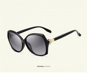 """Женские солнцезащитные очки стрекоза в защитном чехле с надписью """"Veithdia"""", темно-серые линзы, черная  оправа, черные дужки с декоративным золотистым элементом на шарнире"""