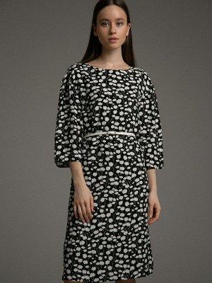 Платье Состав ткани: Вискоза 100% Длина: 99 См. Описание модели Черно-белая романтика. Прямое черное платье с контрастным принтом из белых цветов подойдет романтичным девушкам, предпочитающим простые