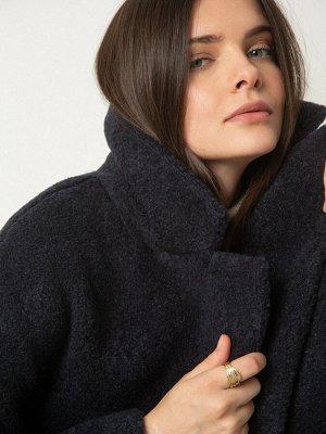 Пальто Состав ткани: 50% Акрил, 32% Полиэстер, 18% Шерсть Длина: 88 См. Описание модели Темно-синее пальто из структурной ткани сделает ваш образ ультрастильным. Модель прекрасно держит форму, вытягив