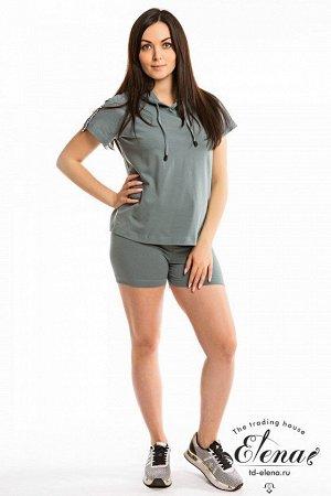 Костюм Костюм спортивный выполнен из однотонной кулирки с лайкрой. Состоит из шорт и футболки. Футболка короткая, свободная, с короткими рукавами реглан и капюшоном. Шорты облегающие, с притачным пояс