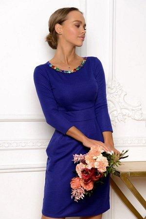 Платье Размер: 42 / 44 / 46 / 48 Глубокий ультрамарин в обрамлении разноцветных камушков на горловине делают модель этого платья очень самодостаточной, не требующей аксессуаров или дополнительных укра