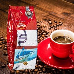Молотый кофе,  Состав: кофе молотый из зерен сортов Арабика, Робуста, Эксцельза ,Катимор, 0,14% натуральные ароматизаторышоколад/масло/ кофе,  2% сои, 0,2% масло, 0,15 % виски 500 гр,