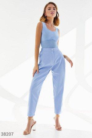 Акцентные голубые джинсы