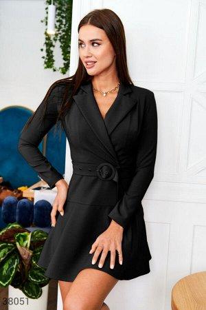 Черное платье приталенного кроя