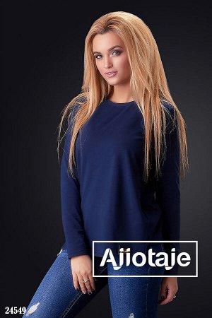 Темно-синий пуловер в стиле минимализм