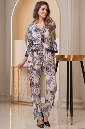 """Пижама """"     Комплект Mia-Amore состоит из жакета с центральной застежкой на пуговицы и брюк, выполнен из принтованного вискозного полотна. Рукава по низу и карманы жакета оформлены ажурным черным кру"""