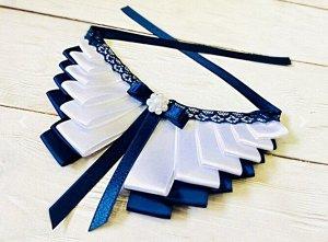 Воротник 18 х 7.5 см воротник из атласных лент синего и белого цвета, украшен кружевом, бантом из атласной ленты. Сердцевина - пластиковая брошь в виде жемчужин.