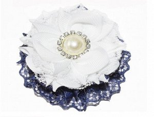 Резинка Круглый многослойный бант 8 х 8 см синее кружево, белая репсовая лента, белое кружево, в середине белая пластиковая роза. Многослойный и очень красивый бант