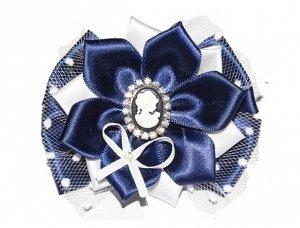 Резинка Атласная лента синего и белого цвета, сетка, камея с фианитами Очень красивый бант. Фото, к сожалению, не передает всей красоты. 9 х 9 см