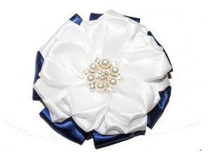 Резинка 10 х 10 см Атласная лента белого и синего цвета, в середине брошь 3х3 см с фианитами и жемчужинами Очень красивая резинка